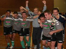 Autour de leur entra頽eur Christophe Georg bras lev閟, les joueurs du FC Ostwald savourent leur deuxi鑝e victoire � Haguenau.
