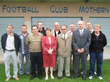 Le comit� (ici en ao鹴 2006), une partie des b閚関oles du FC Mothern.