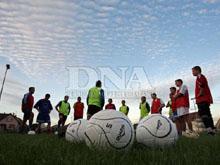 Coucher de soleil sur le stade municipal de Weitbruch o� l'閝uipe I seniors se pr閜are � d閏ouvrir la Promotion pour la premi鑢e fois dans l'histoire du club.