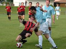 Mathieu Moritz l'infatigable attaquant de Hinterfeld (maillot ray�) a largement contribu� � la victoire dans le derby face � Durrenbach