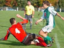Joachim Polito du FC Seltz a 閠� un danger permanent pour les d閒enseurs de Niederlauterbach.
