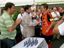 Le capitaine Joerger re鏾it la coupe des mains du repr閟entant de la ligue d'Alsace.