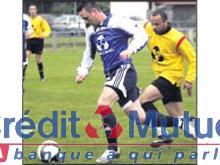 Mothern, ici en bleu, s抏st qualifi� pour la finale de la coupe du Cr閐it Mutuel secteur Nord Wissembourg aux d閜ens de Hatten.