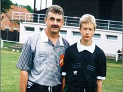 G閞ard Schmitt, quarante ans d抋rbitrage en Ligue d扐lsace, mais aussi une passion transmise � son fils Nicolas, ici en 1996, avant m阭e qu抜l ne soit lui-m阭e arbitre.