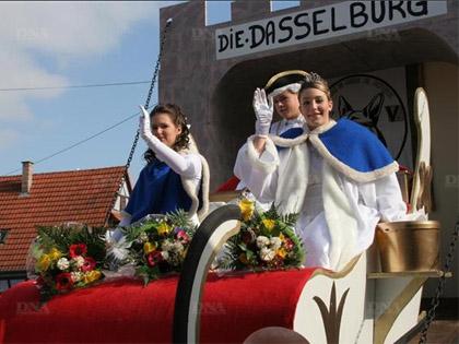 Le char princier, avec son 閜h閙鑢e altesse, le prince Simon et ses demoiselles d'honneur.