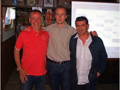 Nicolas Schmitt (au centre, entour� par Dominique Lihrmann et Jos� Guerra) a d関oil� ce midi le programme du sixi鑝e Festifoot, organis� du 26 au 29 juillet prochain par le FC Mothern.