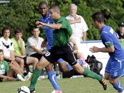 La pr閟ence dans les rangs d扝offenheim II de l抜nternational hollandais Ryan Babel, ici derri鑢e Farez Brahmia (maillot vert), a constitu� une sacr閑 surprise pour les Verts.