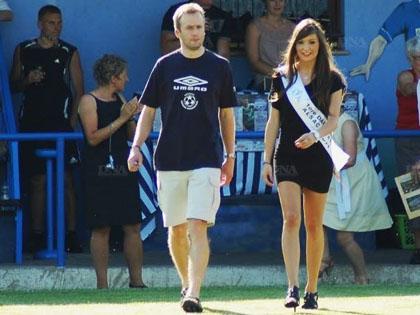 Laetitia Joerger, premi鑢e dauphine de Miss Alsace 2012, avait donn� le coup d抏nvoi l抋n dernier de la 6 e 閐ition du Festifoot avec Nicolas Schmitt.