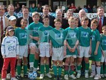 L'閝uipe gagnante du FC Seltz pose avec les officiels.